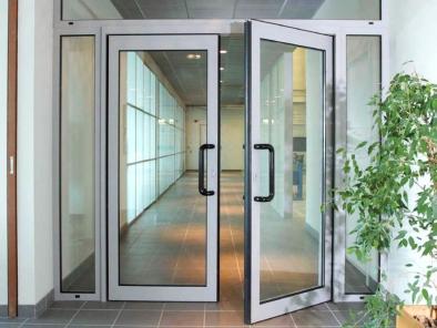 Алюминиевые противопожарные маятниковые двери с остеклением